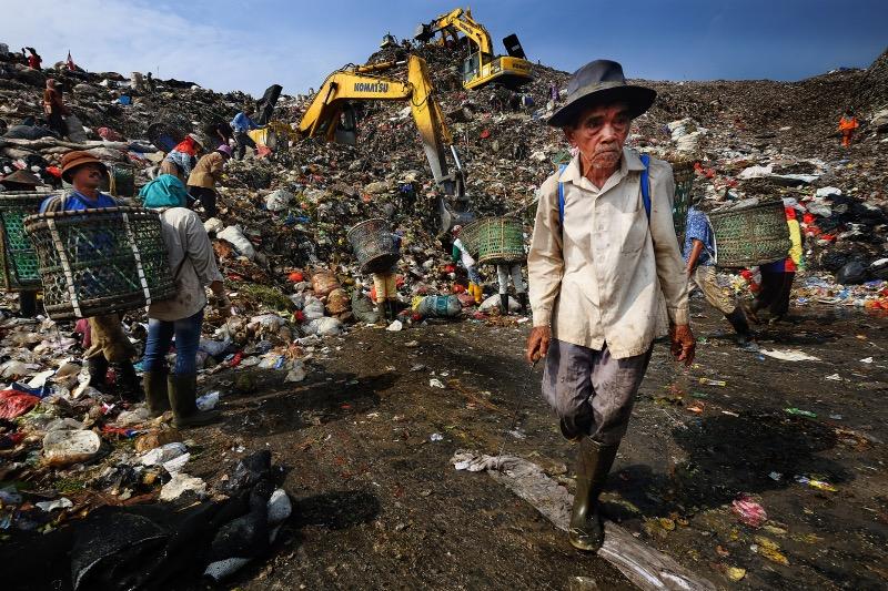 Trash picker at the Bantar Gebang open dumpsite. Poor landfill conditions.